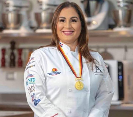Fotografía de la Chef dominicana Ana Lebrón medalla de oro olímpico en IKA, Alemania.