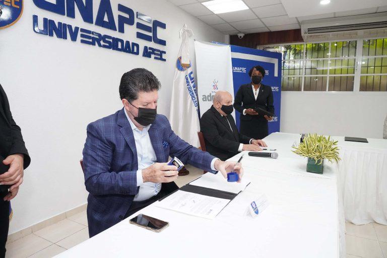 Luis Ros, presidente de la ADG y Franklyn Holguín Haché, rector de UNAPEC firman convenio